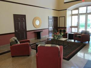A seating area at Extended Stay America Suites - Dallas - Vantage Point Dr