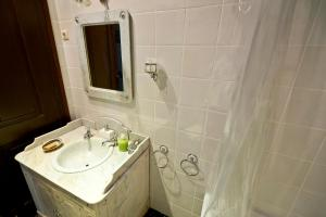 A bathroom at Solar dos Olivas