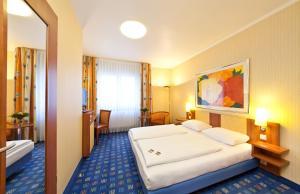 A bed or beds in a room at Novum Hotel Boulevard Stuttgart City