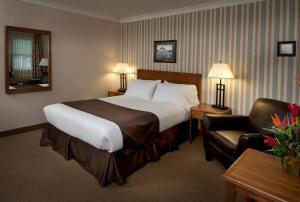 Кровать или кровати в номере Maritime Inn Antigonish