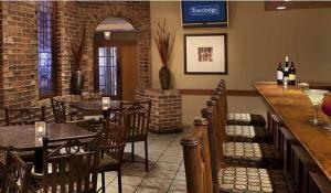A restaurant or other place to eat at Travelodge Hotel by Wyndham Kingston Lasalle