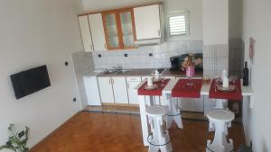 A kitchen or kitchenette at Apartment Neda