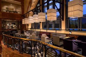 The lounge or bar area at Four Seasons Hotel Atlanta