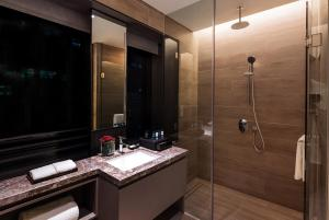 A bathroom at Oakwood Premier AMTD Singapore (SG Clean, Staycation Approved)