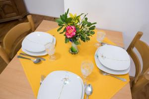 A restaurant or other place to eat at Apartments Larma