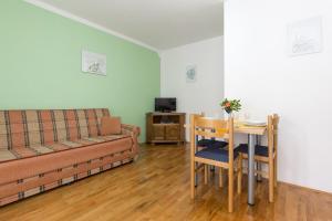 A seating area at Apartments Larma