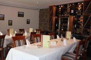 Ein Restaurant oder anderes Speiselokal in der Unterkunft Hotel Am Hirschhorn
