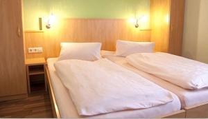A bed or beds in a room at Hotel Restaurant Bürgerstuben