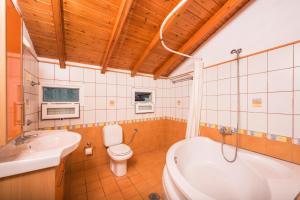 A bathroom at Argo