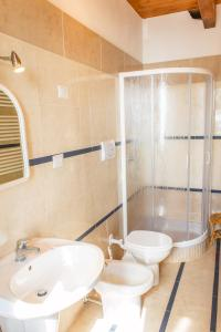 A bathroom at Apartments Villa Michela