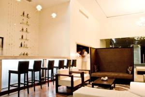 The lounge or bar area at Hotel Contempo