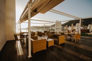 Un restaurante o sitio para comer en Servatur Green Beach