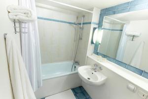 A bathroom at Kyriad Direct Nancy Est - Essey