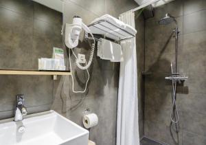A bathroom at Camp Inn Hotel