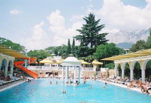 Бассейн в Парк Отель Марат или поблизости