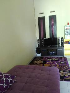 A television and/or entertainment centre at Rumah Helokity