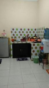A kitchen or kitchenette at Rumah Helokity