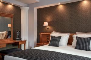 A bed or beds in a room at Ava Hotel and Suites