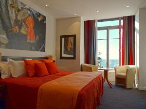 A bed or beds in a room at Hôtel Ambassador