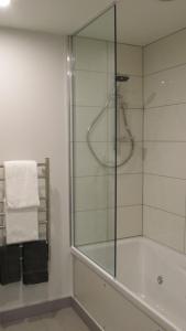 A bathroom at Amross Motel