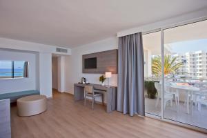 Una televisión o centro de entretenimiento en Aparthotel Playa Dorada