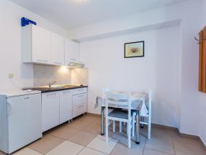A kitchen or kitchenette at Apartments Ivanka