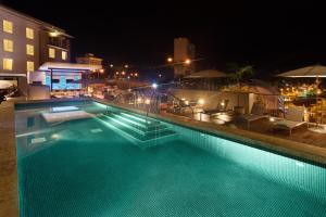 The swimming pool at or close to Courtyard by Marriott Kingston, Jamaica