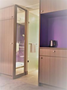 A bathroom at relexa hotel München