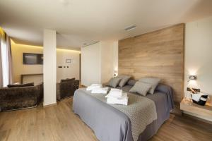 A bed or beds in a room at Hotel Spa Elia