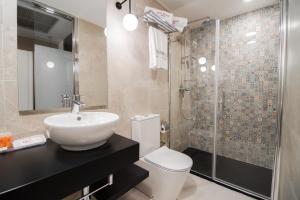 A bathroom at Petit Palace Puerta del Sol