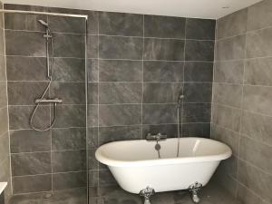 A bathroom at City Aparthotel de Gruyter