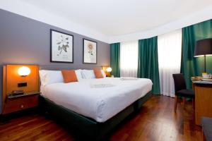 A bed or beds in a room at Hotel Malcom and Barret