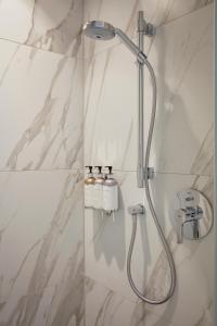 A bathroom at Sir Nikolai Hotel