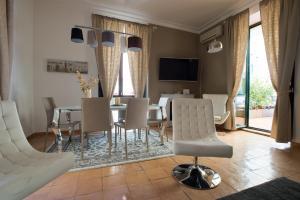 A seating area at boutique apartment al duomo