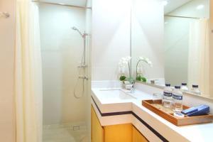 A bathroom at Rhadana Hotel