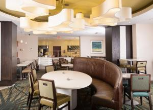 A restaurant or other place to eat at SpringHill Suites by Marriott Orlando Convention Center