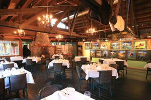 A restaurant or other place to eat at Sunwapta Falls Rocky Mountain Lodge