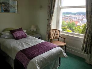 Una cama o camas en una habitación de Bron Orme Private Hotel