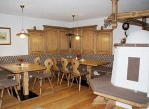 A restaurant or other place to eat at Alpenhof Pension-Garni