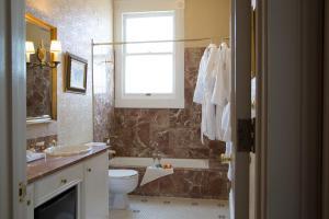 A bathroom at Hotel Majestic