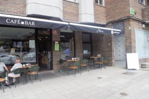 Un restaurante o sitio para comer en Albergue Mirás