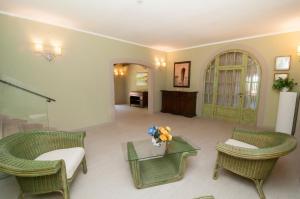A seating area at Hotel Marelba