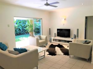 A seating area at Aquatica - Luxe Holiday Home