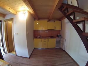 Kuhinja oz. manjša kuhinja v nastanitvi Hiša Nataša