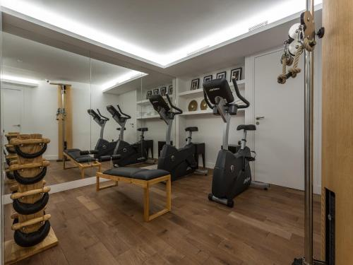The fitness centre and/or fitness facilities at Hôtel La Comtesse