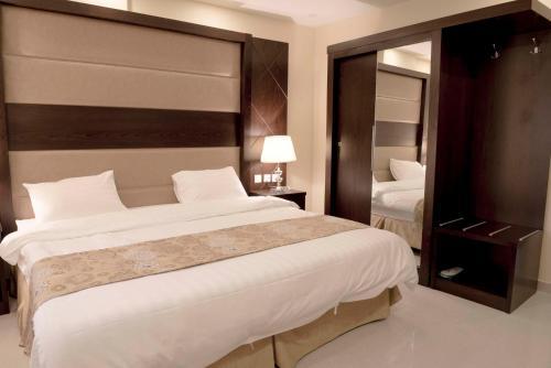 Cama ou camas em um quarto em Rolana Furnished Apartments
