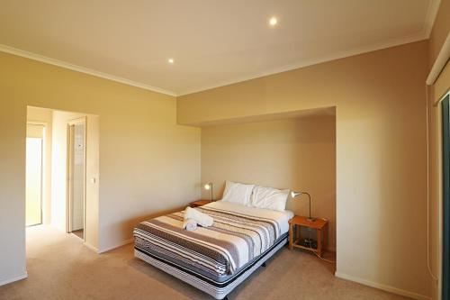 A bed or beds in a room at Saltwater Apartments