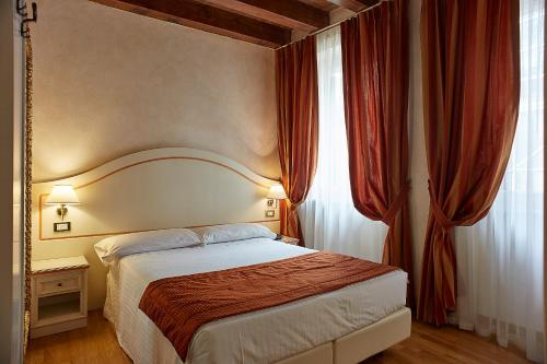 A bed or beds in a room at Albergo Mazzanti