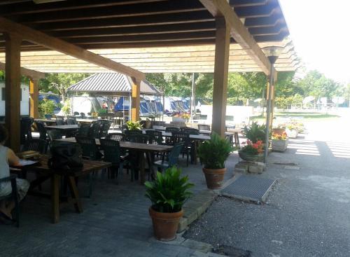 Ein Restaurant oder anderes Speiselokal in der Unterkunft Campeggio Amici di Lazise