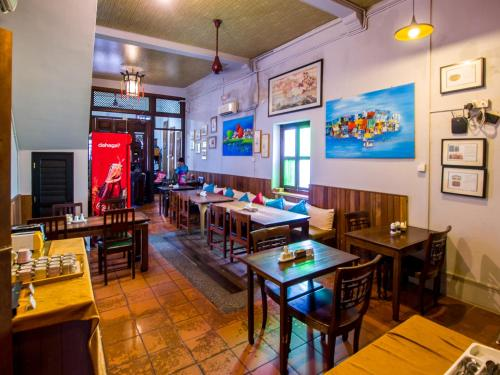 Ein Restaurant oder anderes Speiselokal in der Unterkunft Noordin Street House